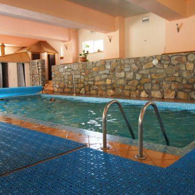 Відпочинок в Карпатах у теплому басейні